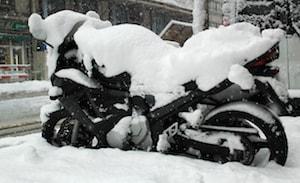 Motorcykel täckt av snö