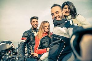 Motorcyklister som tar en groupie